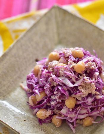 紫キャベツの色が鮮やかなコールスロー。ひよこ豆とツナを加えると、たんぱく質も摂れて味にも深みが増しますよ。