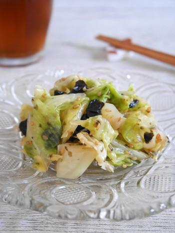 レンジで蒸すのは手軽な調理方法ですが、熱を加えたキャベツは甘みが増して更に美味しくなります。  普段常備している調味料でできる蒸しサラダ。のりを加えることで、旨み成分が増して止まらない美味しさに。