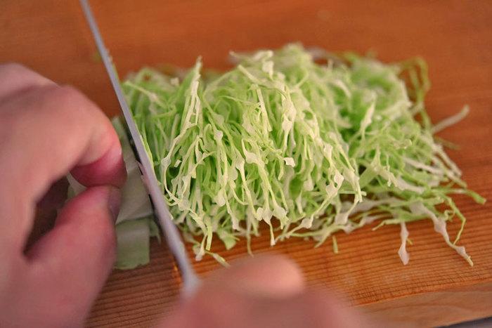 まずはじめに。キャベツサラダによく登場する、キャベツの「千切り」の基本をおさらいしましょう。