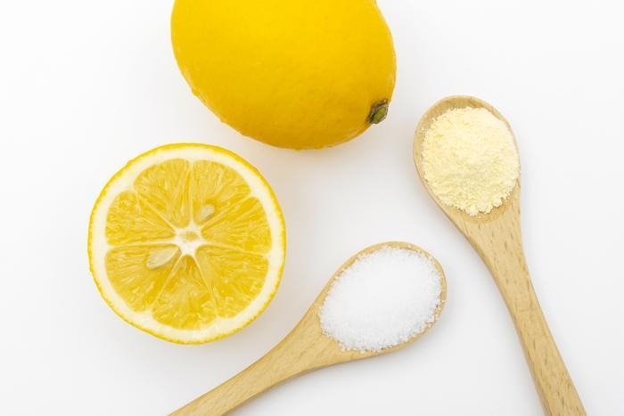 市販の精製された物は絞った柑橘類から抽出するのではなく、でんぷん粕や廃蜜などを黒麹で発酵させて作る方法が一般的なようです。
