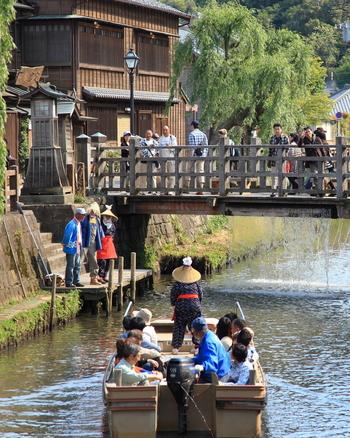 30分ほどかけてゆっくり川下りを楽しむこともできます。流れがゆるやかなので、家族みんなで楽しめますね。