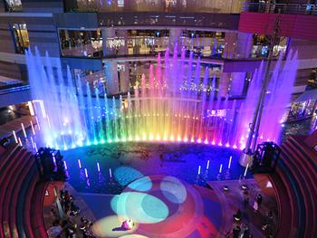 ダイナミックな噴水ショーを見られるのも魅力。ショーは30分毎に開催され、音楽に合わせて勢いよく吹き上げる姿は圧巻!夜になると光が加わって、より一層華やかです♪