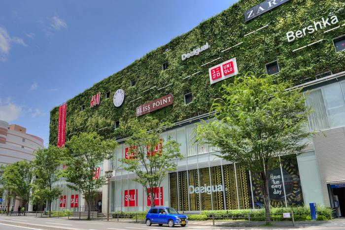 2011年にオープンした「キャナルシティ博多イーストビル」はキャナルシティの目の前にあり、空中回廊で繋がっています。国内最大級のユニット型壁面緑化が印象的ですね。