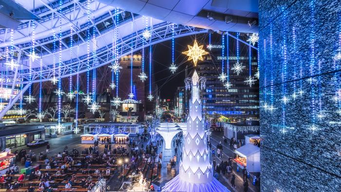 冬は、博多駅前広場が70万球のイルミネーションで光り輝きます。幻想的な光に思わずうっとり♪毎年恒例の冬の風物詩になっています。
