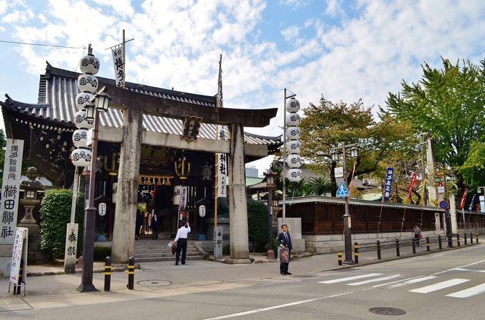 博多駅から徒歩15分の場所にある「櫛田神社」。天平宝字元年に創建され、博多の総鎮守として市民に親しまれています。祭神は大幡主命・天照皇大神・素盞嗚尊で、夏の風物詩として知られる博多祇園山笠が奉納されています。