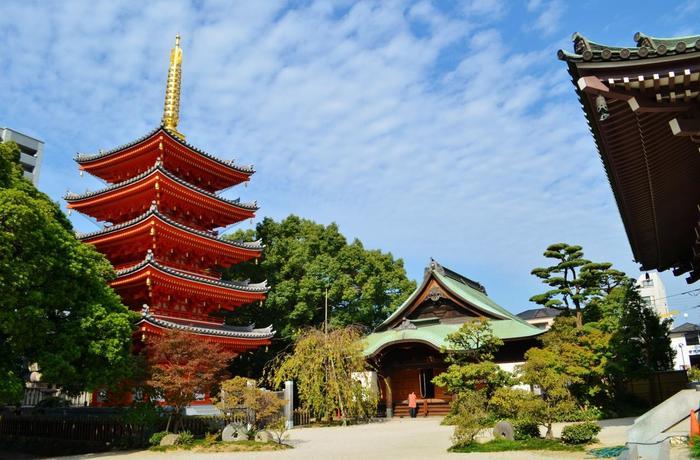 平成23年に完成した五重塔は、純木造総檜造りで雅な佇まいが印象的。近くから見ると迫力満点で、美しい朱色の五重塔は一見の価値ありです!