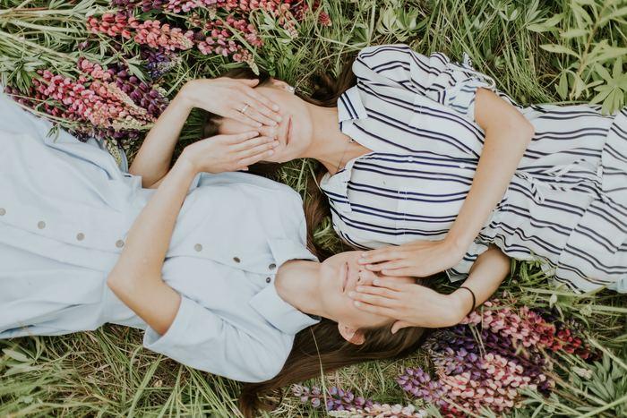 職場や学校での人間関係をはじめ、家族や友人といった近しい人との間でも、大なり小なりストレスはあるもの。心がざわついたり、体に不調が出たりすることがあるかもしれません。そんな人間関係をもっとラクにする、じょうずな付き合い方のコツは、自分自身のちょっとした意識の変化にあります。