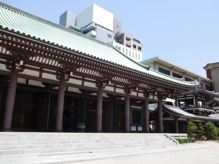 空海が日本で初めて創建したお寺として有名な「東長寺」。博多駅から徒歩10分、バスや地下鉄でも行くことが出来ます。唐から帰国した空海が密教東漸を祈願して建てたと言われ、本堂・六角堂・大仏殿・五重塔があります。大仏殿には、高さ10.8mの福岡大仏が安置されています。この高さは人間の煩悩の数にちなんだもの。福岡大仏はなんと日本一大きな木造坐像で、壁面には小仏が5,000体も祀られています。