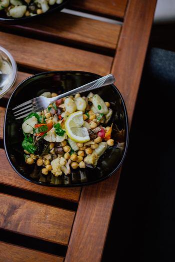 冷えや疲れ、ストレスに負けないためには、体の中からケアすることも必要です。薬膳というと難しいようなイメージがあるかもしれませんが、ふだんの食事で取り入れることができます。冷えには体を温めるショウガやネギ、シソ。疲れには胃腸をいたわる山芋や長芋。イライラにはニンニク、落ち込みには肉や卵、豆類がおすすめです。