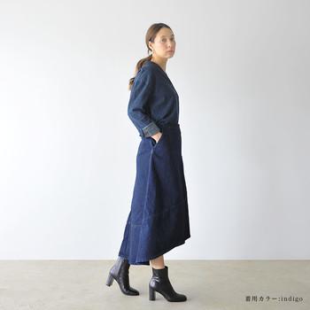 """秋にマストなショートブーツ。高めのヒール&ポインテッドトゥで、デニムシャツスタイルを""""女前""""に昇華。"""