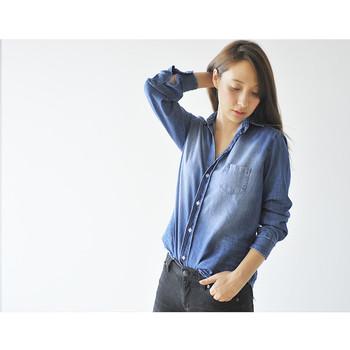 留めるボタンの数によっても、デニムシャツのイメージは変わります。第2・第3ボタンくらいまで開けておけば、デコルテが覗いてちょっぴり色っぽい仕上がりに。