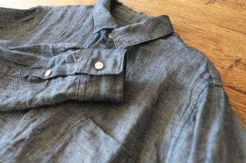 """朝夕が肌寒くなるこれからの季節。そんなシーズンには、適度に厚みのある""""デニムシャツ""""が便利です。 ただそのカジュアルな雰囲気ゆえに、着こなし方を間違えると子供っぽくなってしまったり、ラフさだけが前面に出てきてしまったり……。  そこで今回は、デニムシャツをおしゃれかつ大人にスタイリングするための、簡単なコーディネート術をご紹介します♪"""