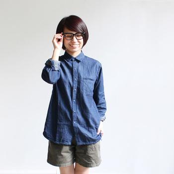 くつろぎ感のあるデニムシャツも、黒ぶちメガネとならクレバーな印象に。少し大きめのフレームを選ぶのがコツ♪