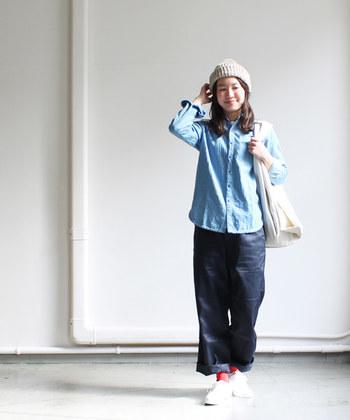 青空みたいなデニムシャツと濃紺パンツでつくる、爽快なブルー系コーディネート。足元からはブルーと対照的なレッドを効かせて。