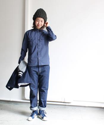 デニムシャツにデニムパンツを合わせ、上級者らしいワントーンを満喫。パンツの裾は少しだけ折り返して軽快さをプラス!