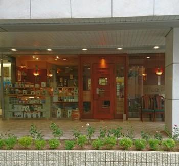 「テンプル」は三宮駅から徒歩5分ほどの距離にあります。駅からお店への道の途中は「フラワーロード」と呼ばれる道を通るのがおすすめです。名前のとおり四季折々の表情を見せる花壇があるメインストリートで、お店に行くまでの散策も楽しめます。