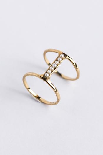 こちらは、2連のリングの間にパールをずらりと7石あしらった細身のリング。シンプルですが、珍しいデザインですよね。自分らしさを表現するアクセントにもなってくれそう。