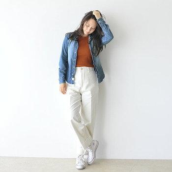 下半身を真っ白なパンツとスニーカーでまとめれば、清潔感ばっちりのデニムシャツスタイルが完成♪秋感が出るよう、インナーにはこっくりとしたオータムカラーを指名。