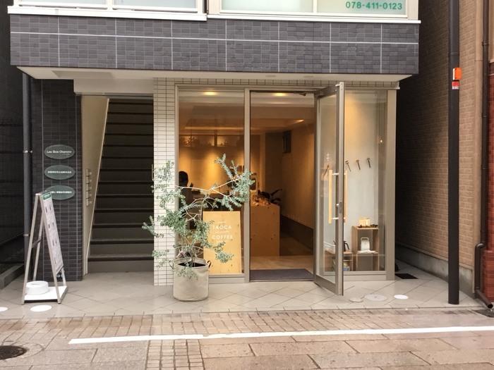 岡本駅から徒歩1分という近さにあるお店「タオカコーヒー OKAMOTO KOBE」です。コーヒー豆やグッズを販売するお店ですが、小さなイートインスペースがあるので、そちらでコーヒーをいただけます。