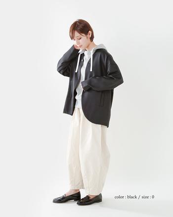 ボーイッシュなパーカーとゆったりパンツ。それだけだとラフ過ぎるから、艶のあるジャケットでしっかり大人な要素を加えて。