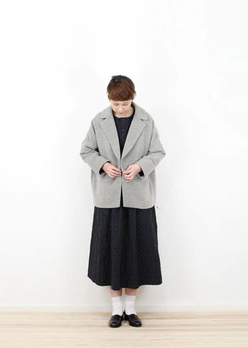 シンプルな無地のワンピースは、ジャケットを羽織って気品溢れるコーディネートに。ライトグレーなら顔まわりも明るくなって◎。