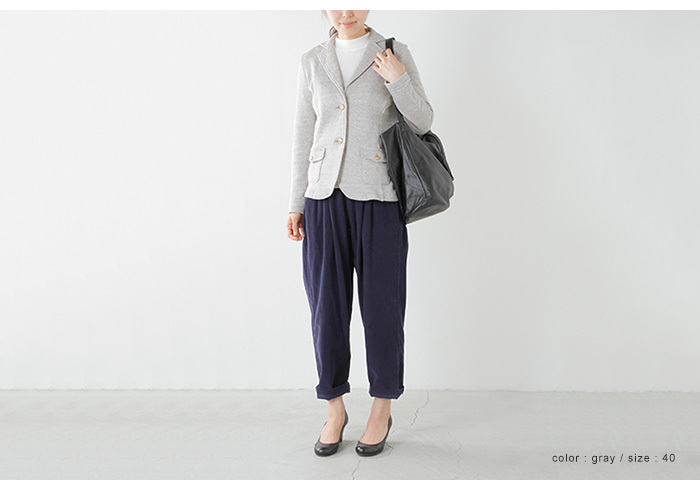金ボタンが印象的なジャケットは、リラクシーなパンツで適度に脱力。シューズはラウンドトゥのパンプスにして女性らしく。