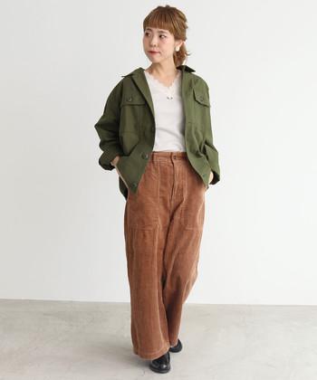 メンズっぽい量感のあるカーキジャケットは、レーシーなプルオーバーで可愛らしさをひとさじ。パンツはブラウンのコーデュロイ素材で秋らしく。