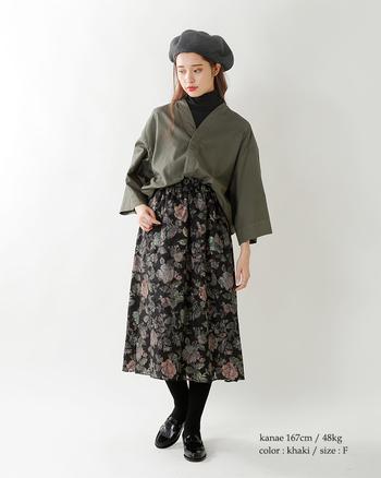 薄手のジャケットであれば、ボトムに裾を入れ込んでブラウスのように着るのもGOOD!いつものスカートルックが新鮮な表情に変わります。
