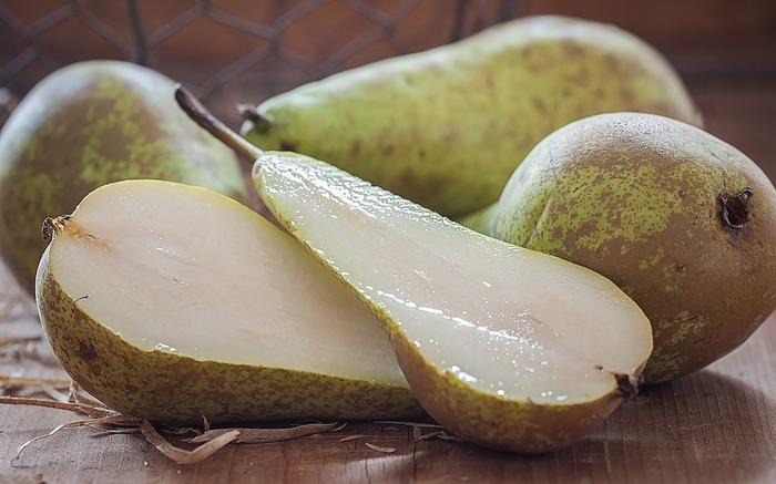 9月~12月頃が旬の洋梨は、「ラ・フランス」「ル・レクチェ」など品種が豊富。特徴のある外見に、甘くてとろけるような口あたりが人気です。美味しい洋梨の見分け方として、香りがあり、軸のそばをさわってみて、すこしやわらかいものがおすすめ。かたいものを買ってきても追熟ができるので、食べ頃をいただいてくださいね。