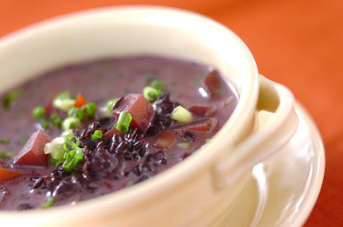あさりを使った、うまみたっぷりの黒米スープ。牛乳や豆乳でまろやかさも加わり、体にじんわりとしみる滋味深いスープになっています。野菜も豊富で、朝食や夜遅いご飯などにもぴったり。