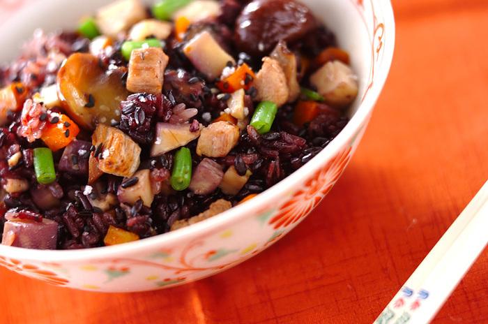 また、黒食材は、赤黄緑白などの彩りと合わせると、コントラストがはっきりして料理がより美しく見えるのも魅力です♪