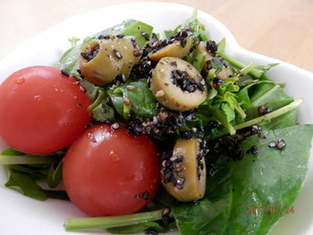 そのまま使える黒ごまは、サラダに加えてヘルシーに仕上げるのもいいですね。和風・洋風・中華風、どんな料理にもよく合い、風味もよくなります。