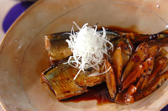 旬のさんまは、塩焼きだけでなく、黒酢煮などもおすすめ。さんまのコクと、黒酢のさっぱり味がよくマッチします。半分に切ったさんまをフライパンで短時間煮るだけですから、忙しいときにも簡単にできます。