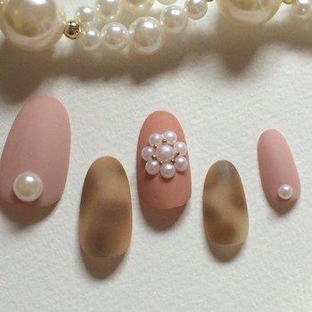 """フワッとぼかすことで、レオパード柄が淡ピンクに似合う優し気なイメージにシフト。パールも品よくあしらって可憐な雰囲気をキープ。マットな質感もまさに""""今""""なトレンドです。"""