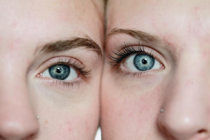 もっとも高い部分である眉山は、ふんわり丸みを持たせるようなイメージで。カクッと描いてしまうと、モード過ぎたり目つきが怖い印象になることも…。アーチ型を意識しつつ、柔らかい雰囲気になるようなデザイニングを。