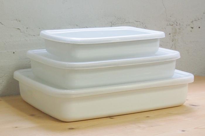 上記のW20.8×D14.5×H4.4cmのSサイズの他、W25.2×D18.8×H4.8cmのMサイズは、マリネやフライの衣つけなどにちょうどよく、一番大きいW29.0×D22.8×H5.7cmのLサイズは、4~5人前の料理や鍋の材料のストックなどに◎。