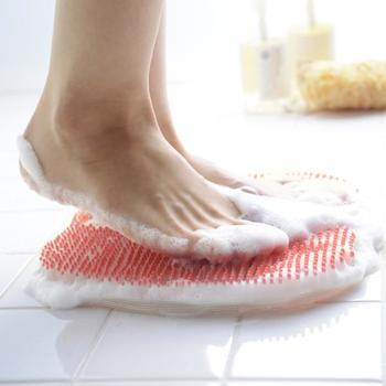 足をマッサージするだけでも、血行がよくなったり、ツボを刺激できたりと、健康に良い効果が。  忙しい毎日に、足の裏をマッサージする時間なんてない、という人にもおすすめなのが、お風呂でできる足の裏のマッサージです。きれいに洗いながら、角質も除去できてマッサージ効果もあればぜひ取り入れたいですよね。