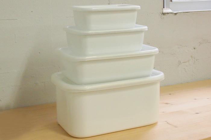 同じくレクタングルの深型は、200gのバターやたらこなどの保存に便利なSサイズ、豆腐1丁、切り身魚の保存に便利なMサイズ。煮物やピクルスなどの保存に便利なLサイズ。さらに米2kg、味噌3kgの保存の他、ぬか漬けなどに最適のLLサイズまで揃っています。