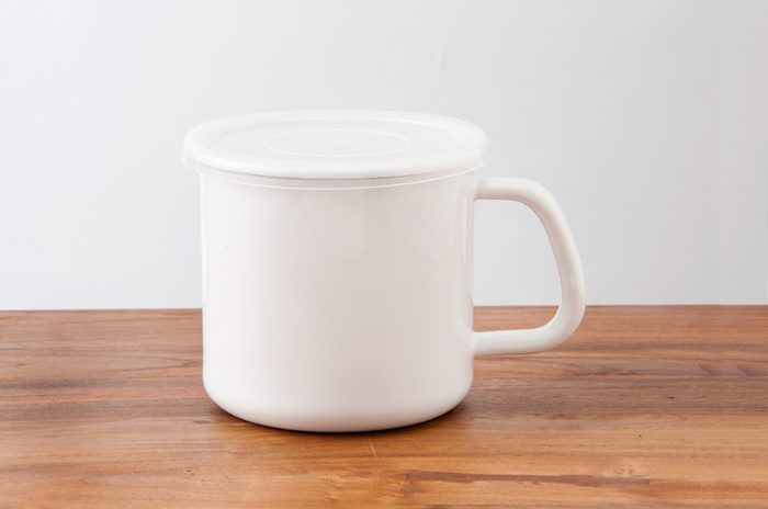 お味噌や小麦粉などの保存に便利な持ち手付きのストッカー。持ち運びも楽で、カレーなどを保存しておけば直接火にかけて鍋の代わりとしても使えます。画像の丸型のSサイズの他に角型のMサイズとLサイズもあり、とくに角型L用には別売りで替え用密閉蓋も販売されているので汁物の保存に最適です。