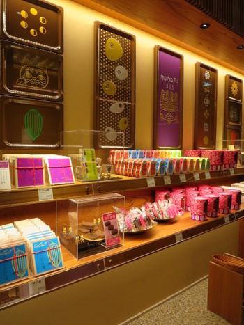 店内に入ると、碁盤の目をイメージしたチョコレートや、小判型をしたショコラ味のどら焼きなど、加加阿365でしか買えない商品がずらりと並んでいます。