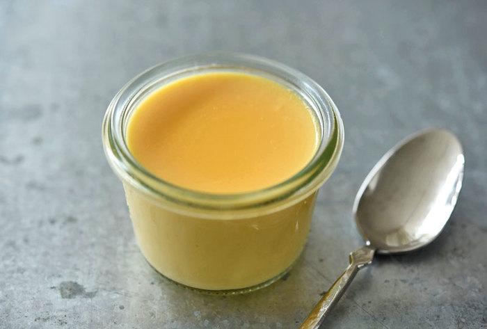 バニラエッセンスや生クリームなど特別な材料を使わない、シンプルで素朴な味わいの手作りプリン。昔どこかで食べたような、ほっこりとする素朴な仕上がりです。