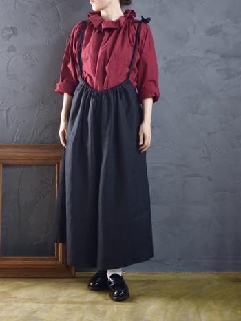 まるでベリーのような、渋い赤がおしゃれなシャツです。クシュッとした襟のデザインも素敵ですね。深みのある色合いのトップスを取り入れるだけで、一気に秋らしい印象に。