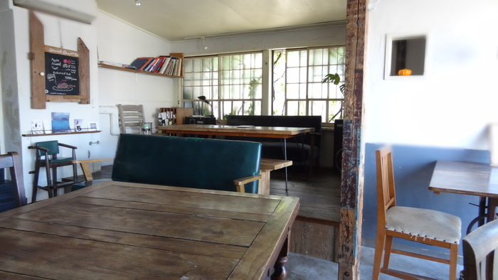 こちらは、人気だった「cafe coya」をクラウチマリコさんが引き継いだお店。店内は、開放感があって海辺の町、葉山らしさを感じます。