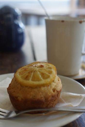 店名にもなっているマフィン。こちらはm輪切りのレモンがアクセントになった、爽やかなハニーレモン。見た目もおしゃれで、乙女心をくすぐります。