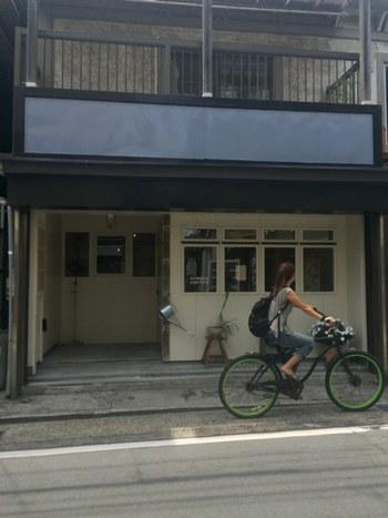 森戸海岸から少し奥に入った通り沿いにある「HIMADA COFFEE(ヒマダコーヒー)」。真っ白な壁が昭和の風情が残る街並みにしっくりとなじんでいます。