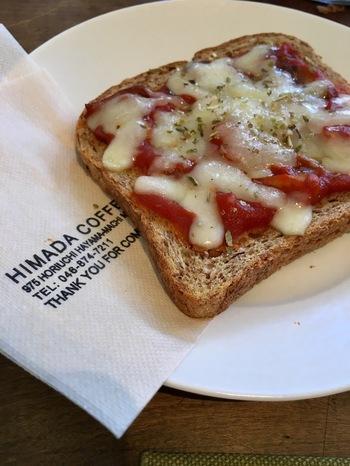 全粒粉のパンに、コクのあるトマトソースとチーズをトッピングしたピザトースト。薄切りのパンはサクサクと香ばしく、コーヒーにも良く合います。