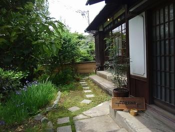 逗子駅からバスに揺られて15分、三ヶ丘 神奈川県立近代美術館前のバス停から歩いてすぐのところにある「engawa cafe & space(エンガワカフェ&スペース)」は、昭和天皇の侍医頭だった塚原伊勢松氏の別邸をリノベーションしています。