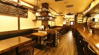 西口のすぐ近くにある洋食屋、「ひいき屋」。小さめの店内はカジュアルな雰囲気で、昔ながらの洋食から、気の利いたイタリアンまでたっぷり楽しめます。ランチで人気なのは、ナポリタンやハンバーグといった王道メニュー。味はかなり本格的で、舌の肥えたグルマンたちをうならせるほどの名店です。