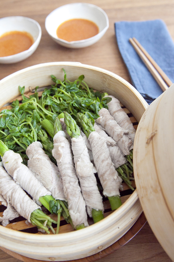 豚肉の旨みを野菜が吸って、シンプルだけど味わい深い一品に。生だとボリュームのある野菜も、蒸せばカサが減ってたっぷり食べられます。