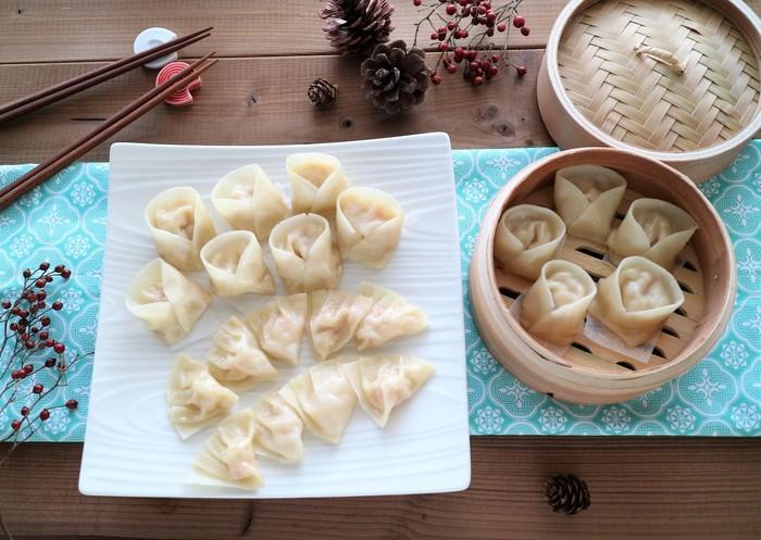 プリッとした食感が楽しめるエビ蒸し餃子。ひと口サイズで気軽に食べられ、あっさりしているので箸が止まらなくなりそうです。